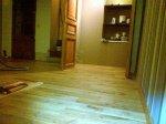 Der Holzboden dekoriert die Wohnung wirklich richtig.